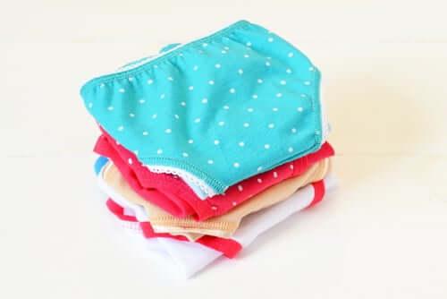 Slip colorati in cotone.