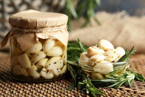 Olio e aglio in barattolo
