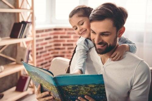 Papà e figlia con libro