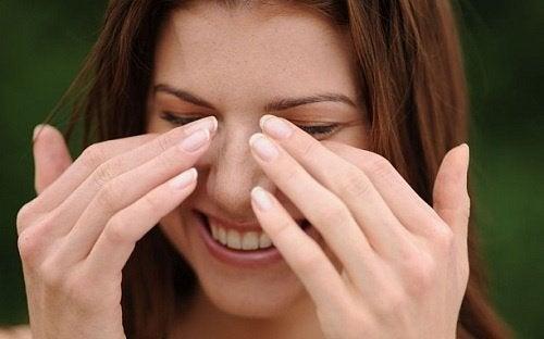 donna sorridente si asciuga le lacrime