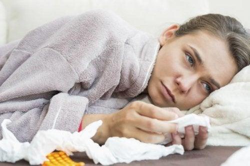 donna sdraiata con farmaci e fazzoletti