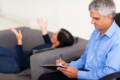 paziente sul divano dallo psicologo