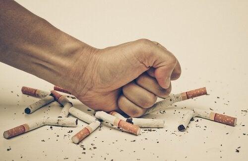 Pugno alle sigarette