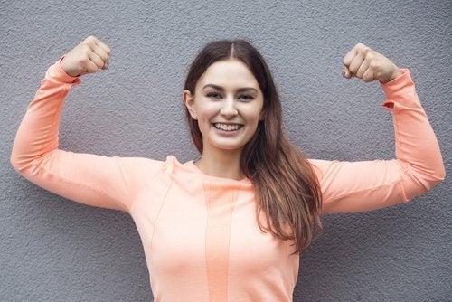 donna che mostra i muscoli delle braccia