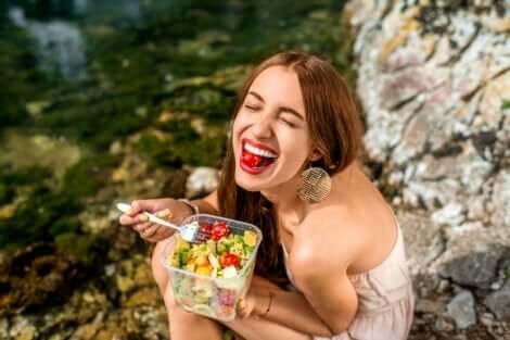 Donna che mangia soddisfatta.