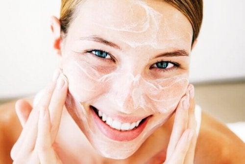 Ragazza che tratta la secchezza della pelle