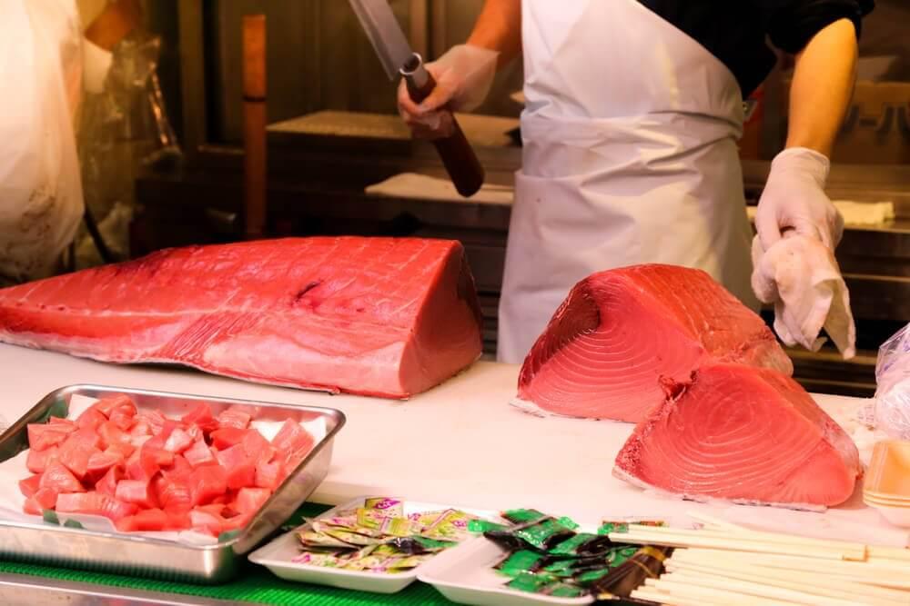 cuoco taglia tonno rosso