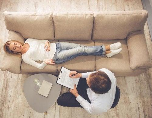 Donna nell'ufficio dello psicologo