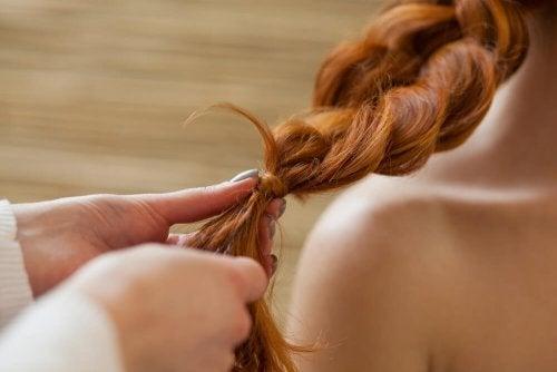 la treccia a cascata è una delle acconciature per capelli ricci più semplici