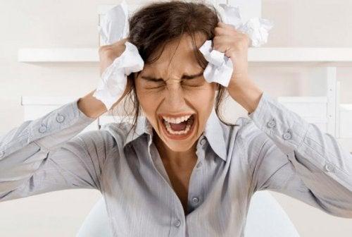 Una donna che piange e grida