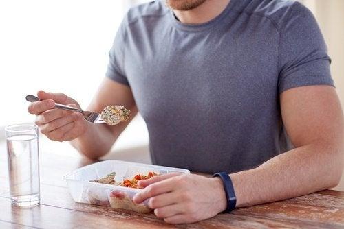 Uomo che mangia porzioni controllate