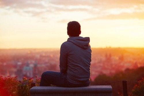 Uomo pensieroso davanti al tramonto