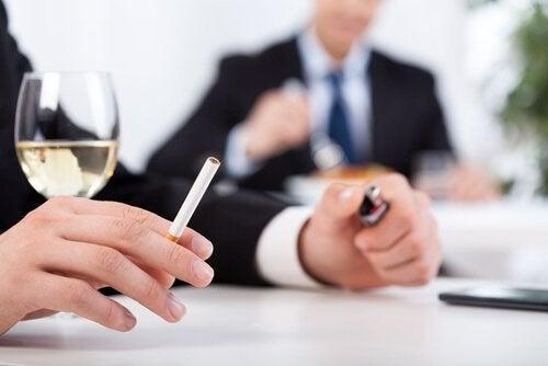 Alcol e sigaretta in compagnia