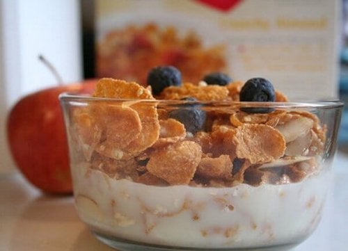 Yogurt e cereali con mirtilli