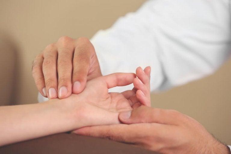 Esercizi per le mani per evitare sindromi fastidiose