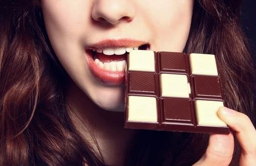 ragazza con barretta di cioccolato
