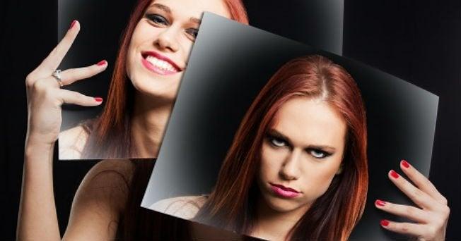 ragazza con due foto del suo volto triste e sorridente