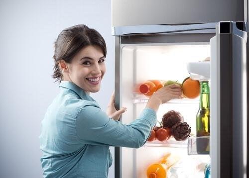 donna con frigorifero aperto
