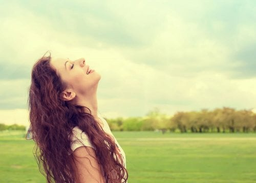 Donna respira aria pulita