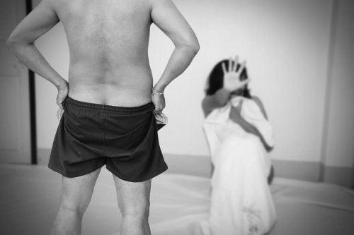 uomo in mutande e donna che dice no con la mano