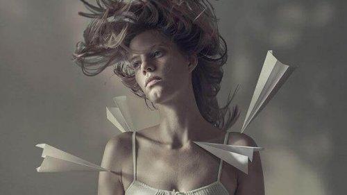 Aeroplani di carta colpiscono corpo di donna