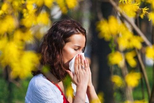 ragazza che soffre di allergia al polline