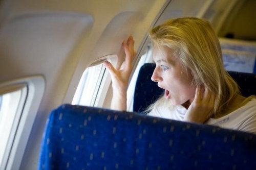 ragazza sorpresa in aereo