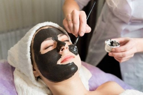 Applicazione maschera nera
