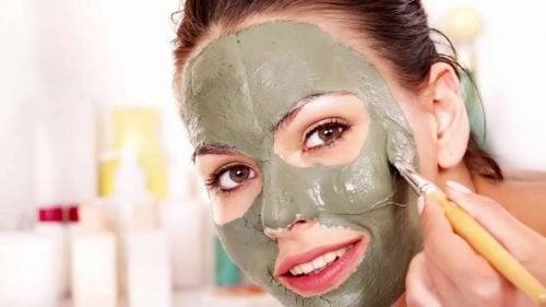 donna che applica maschera all'argilla