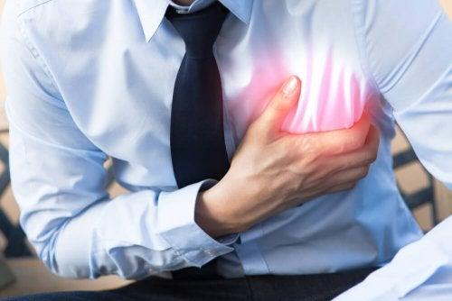 Uomo durante attacco cardiaco.