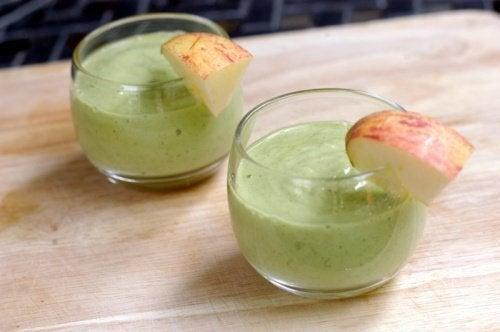 due bicchieri di frullato di avocado e mela