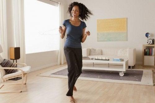 Ragazza balla in casa