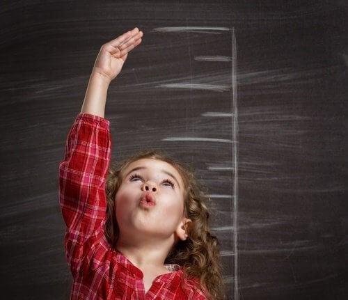Bambina che misura altezza