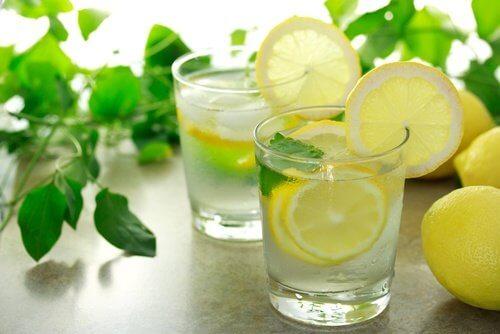 Acqua con limone e menta