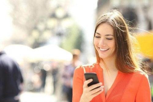 Ragazza sorride guardando il cellulare