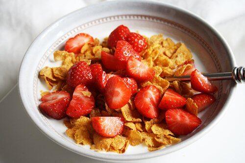 Cereali con fragole per la colazione dei bambini