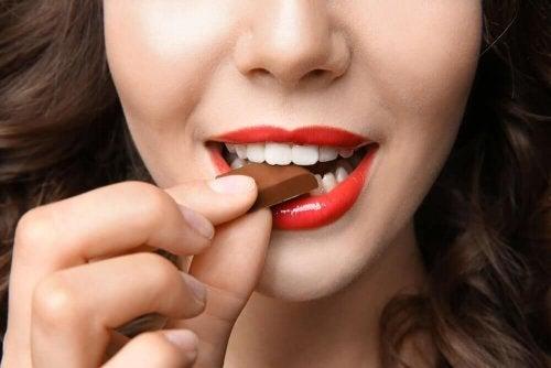 donna addenta cioccolato