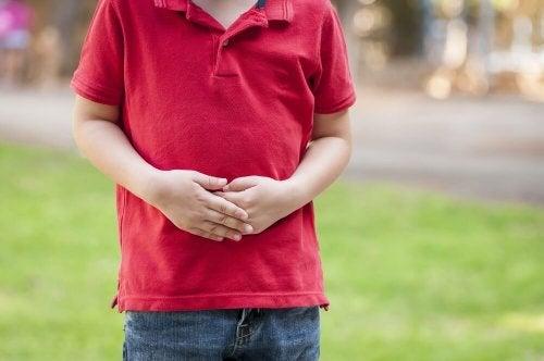 Bambino con maglietta rossa