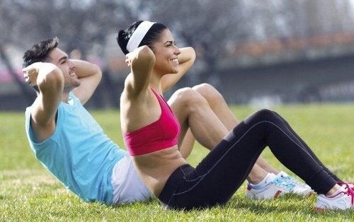 Coppia che fa attività fisica