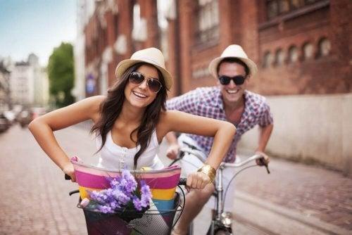 Coppia felice in bicicletta