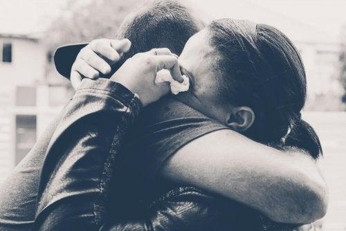 Coppia si abbraccia piangendo