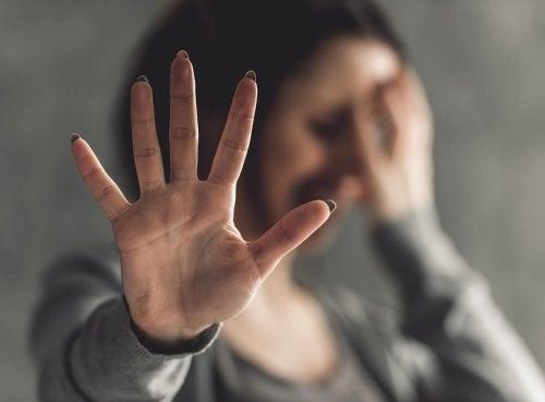 Donna che piange e fa gesto stop con la mano