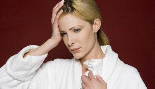 Donna con mal di testa a causa della sinusite