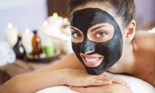 Donna con maschera nera