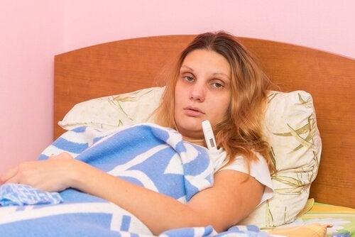 Donna malata con termometro