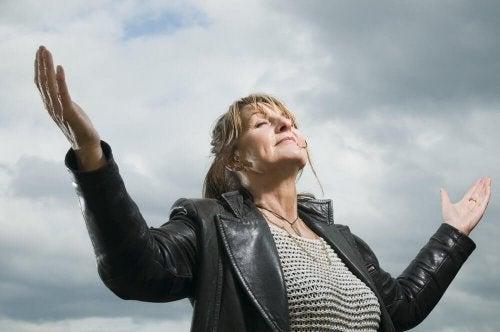 Donna che affronta la mezza età senza nessuna crisi