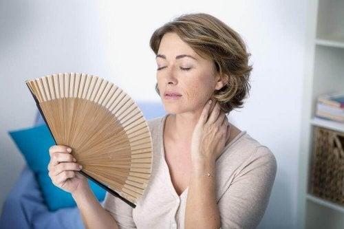 Donna in menopausa con ventaglio