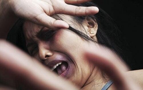 Donna spaventata che grida