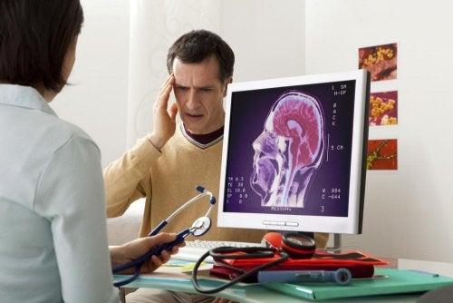 uomo dal dottore con emicrania
