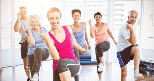 persone felici fanno attività fisica
